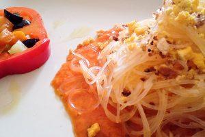 Spaghetti di riso saltati con uova e crumble di pane tostato